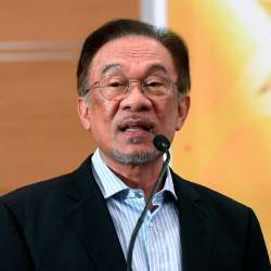 Anwar wants Azmin to clarify reason for meeting BN MPs at his residence (Updated)
