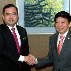 Filepix of Transport Minister Anthony Loke and his Singapore counterpart Khaw Boon Wan, taken on April 8, 2019. — Bernama