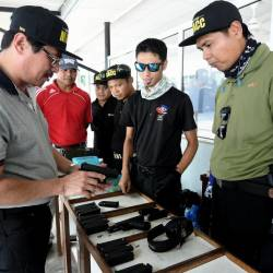 Malaysian Anti-Corruption Commission (MACC) deputy chief commissioner (Operation) Datuk Seri Azam Baki (L) is having a look at the shooting equipment during the Shooting Program with the Corporate Communications Unit (UKK) Enforcement Agency in the Field of Kajang Prison Coach, on April 20, 2019. — Bernama