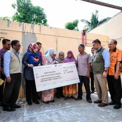 Deputy Prime Minister Datuk Seri Dr Wan Azizah Wan Ismail visits some of the victims of Typhoon Lekima, namely the family of Saad Doon, while visiting and delivering contributions to the families of Typhoon Lekima victims in Kampung Alor Batu, Jitra today. - Bernama
