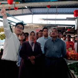 Minister of Housing and Local Government Zuraida Kamaruddin (C) conductes a field visit to the Pasir Pinji market in Ipoh today. - Bernama