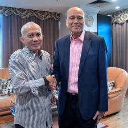 Bernama Chairman Datuk Seri Azman Ujang greets National Institute of Occupational Safety and Health (NIOSH) Chairman Tan Sri Lee Lam Thye, during the latter's visit to Wisma Bernama, on Sept 20, 2019. — Bernama