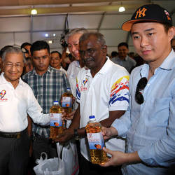 Prime Minister Tun Dr Mahathir Mohamad is shown palm oil products as he mingles with visitors after launching the 'Sayangi Sawitku' campaign at Pulau Carey, Banting on March 24, 2019. — Bernama