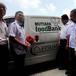 Domestic Trade and Consumer Affairs Minister Datuk Seri Saifuddin Nasution Ismail (2nd from L) officiates the launch of the Mutiara Food Bank at Universiti Teknologi Mara (UiTM) Penang (Permatang Pauh campus) on March 23, 2019. — Bernama