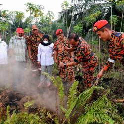 Deputy secretary-general of the Ministry of Energy, Science, Technology, Environment and Climate Change (Mestecc), Dr K Nagulendran (2ndL), with deputy director-general (Development) of the Department of Environment (DoE) Norhazni Mat Sari (4thR) and Selangor DoE director Shafee Yasin (L), at an open burning site in Johan Setia, on Sept 14, 2019. — Bernama