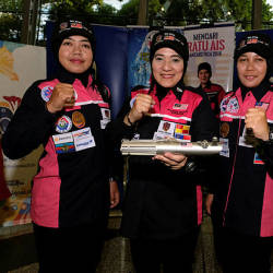 All Women's Expedition To Antartica (Aweta) mentor, Dr Sharifah Mazlina Syed Abdul Kadir (two, left) posing with the 2030 Time Capsule together with her protégés Siti Jumaidah Bensali (left), Salehah Abu Nor (two, right) and Nurul Atiqah Tamarun (right). — Bernama
