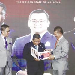 Amirudin, flanked by state executive councillor Datuk Teng Chang Khim (left) and invest Selangor Bhd CEO Datuk Hasan Idris at the media appreciation night yesterday. — Sunpix by Masry Che Ani