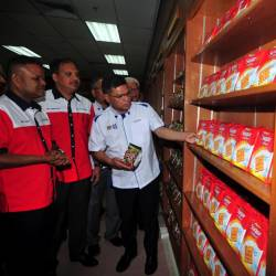 Minister of Domestic Trade and Consumer Affairs, Datuk Seri Saifuddin Nasution Ismail visits the Student's Food Bank during the Opening Ceremony of the State Level Student Food Bank Program at Universiti Teknologi Mara (UiTM) Permatang Pauh, on March 23, 2019. — Bernama