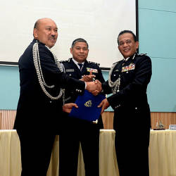Johor deputy police chief Datuk Mohd Kamarudin Md Din (L) shakes hands with new Johor deputy police chief Datuk Shafie Ismail (R) at a handover ceremony at the Johor police contingent headquarters in Johor Baru today. — Bernama
