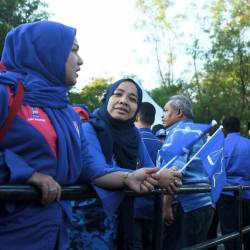 Barisan Nasional supporters gather in conjunction with the nomination of the Semenyih PRK candidate at Seri Cempaka Hall of Kajang Municipal Council, on Feb 16, 2018. — Bernama