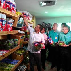 Domestic Trade and Consumer Affairs Minister Datuk Seri Saifuddin Nasution Ismail (L) checking the food provided to students during the opening of the Food Bank Siswa programme in Universiti Malaysia Pahang (UMP) on Oct 16, 2019. — Bernama