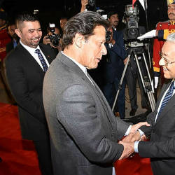 In this handout picture released by Pakistan Press Information Department (PID) on March 21, 2019, Pakistani Prime Minister Imran Khan (L) receives Prime Minister Tun Dr Mahathir Mohamad on his arrival in Islamabad. — AFP