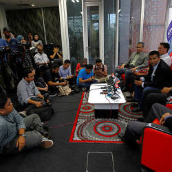 Utusan Melayu (M) Berhad (Utusan Group) Executive Chairman Datuk Abd Aziz Sheikh Fadzir (3rd from R) speaks at a press conference on the current situation of the newspaper publishing company. — Bernama