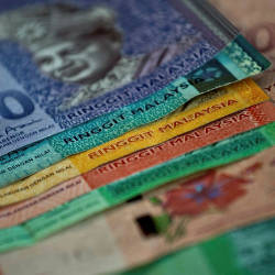 Higher oil price lifts ringgit in early session