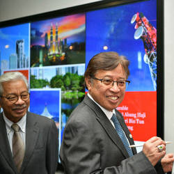 Chief Minister Datuk Patinggi signing an official plaque at the PwC.