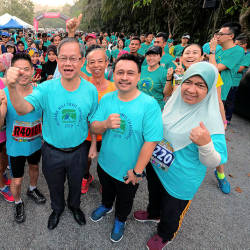 Deputy Health Minister Dr Lee Boon Chye poses for a picture with participants of the Kledang Hill Challenge, on Feb 17, 2019. — Bernama