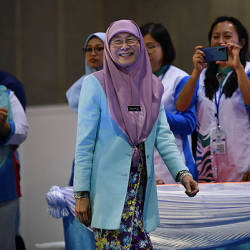 Datuk Seri Dr Wan Azizah flashes a smile to Parti Keadilan representatives after her speech at the Parti Keadilan Youth and Women's Congress in Malacca today — Bernama