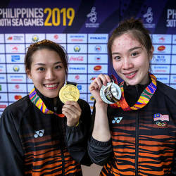 National diving athletes Ng Yan Tee and Jasmine Yee shows of their gold and silver medals for the SEA Games 2019 in New Clark City, Philippines — Bernama