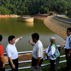 Penang Chief Minister Chow Kon Yeow (2nd from L) with PBAPP CEO Datuk Ir. Jaseni Maidinsa (C) at the Air Itam Dam on March 24, 2019. — Bernama
