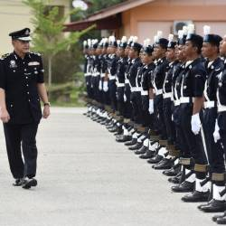 Inspector-General of Police Datuk Seri Hamid Bador (L) examines recruits on the parade ground at the 21st National Police Cadet Corps closing ceremony at the Bina Semangat Camp in Kuala Kubu Bharu today. - Bernama