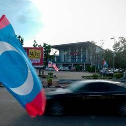 PKR flags can be seen at Malacca International Trade Centre (MITC) Ayer Keroh for Parti Keadilan Rakyat's (PKR) Wanita and Youth (AMK) Annual Congresses today. — Bernama