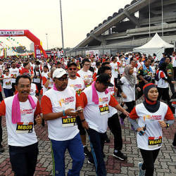 More than 2,000 participants join the 'Selangor Corporate Colour Run 2019' for a distance of 3km or 5km at the Shah Alam Stadium, today. — Bernama
