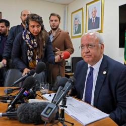 Saeb Erekat (R), Secretary General of the Palestine Liberation Organization (PLO) and chief Palestinian negotiator, speaks during a press conference in the Palestinian West Bank city of Ramallah on November 19, 2019. - AFP