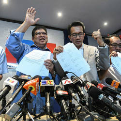 Kedah PKR chairman Datuk Johari Abdul (2nd from L) with Terengganu PKR chairman Azan Ismail (3rd from R) at a press conference after the inaugural meeting of the Council of State Leadership Chairmen in Petaling Jaya today. - Bernama
