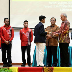 The Sultan of Perak, Sultan Nazrin Shah (3rd R) presents a prize to T. Daksheshkaran, winner of The Royal Oratory Competition (English), at SJKC Sam Chai on Aug 25, 2019. — Bernama