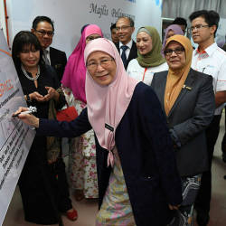 Deputy Prime Minister Datuk Seri Dr Wan Azizah Wan Ismail, launches the Digital Space programme at the National Skills Development Centre (NSDC), in Serendah, on Oct 21, 2019. — Bernama
