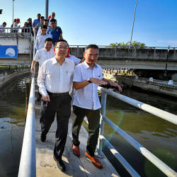 Finance Minister Lim Guan Eng (L) and Malacca Health and Anti-Drugs executive councillor, Low Chee Leong (R), during a visit to the barrage system at Muara Sungai Malacca, on July 21, 2019. — Bernama