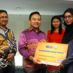 PTPTN chairman Wan Saiful Wan Jan (2nd L) presents zakat money to Nurulain Mohd Firdaus (2nd R), during the advance financing warrants handing over ceremony, on Aug 20, 2019. — Bernama
