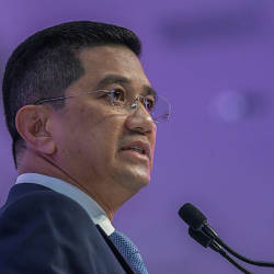 Several members of parliament meet at Azmin's residence