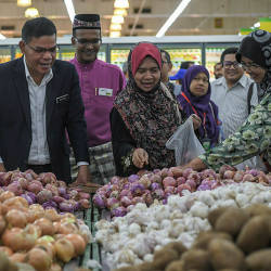 Minister of Domestic Trade and Consumer Affairs Datuk Seri Saifuddin Nasution Ismail (L) speaks to shoppers after the launch of the new look Giant supermarket, in Batu Caves, on May 23, 2019. — Bernama