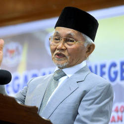 Cops tracking down Facebook user over death threat against Taib Mahmud