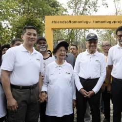 Prime Minister Tun Dr Mahathir Mohamad (C) and wife of Tun Dr Siti Hasmah Mohd Ali (2L) pictures with Water, Land and Natural Resources Minister, Dr A. Xavier Jayakumar (2R) during the launch of the Earth Day Celebration at Taman Tugu, on April 20, 2019. — Bernama