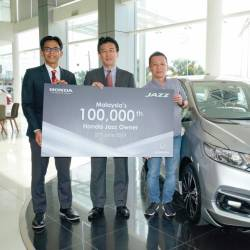 From left: Honda Malaysia chief operations officer Sarly Adle Sarkum, Ishiyama and Kelvin, with the 100,000th Jazz delivered to the latter.