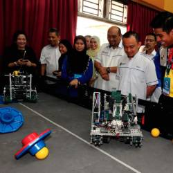 Education Minister Dr Maszlee Malik (3rd from R) checks out the robot creations of the Kuala Kangsar Malay College (MCKK) students at the Tun Fatimah i Challenge Competition at Tun Fatimah School, in Johor Baru today. - Bernama