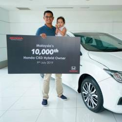 Honda Malaysia delivered the 10,000th CKD hybrid unit - a City Hybrid - to new owner Saddam Hassan Abdul Salim (with daughter) at Macinda Auto Sdn Bhd, a Honda dealership in Kuantan.
