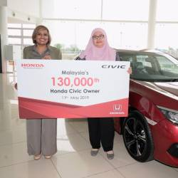 Jahabarnisa (left) presenting Fatihah with the latter's Civic 1.5L VTEC Turbocharged Premium.