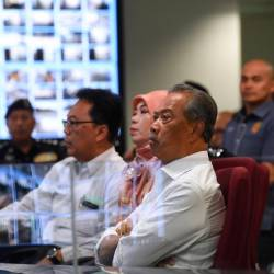Home Minister Tan Sri Muhyiddin Yassin visits the Command and Control Center of the Bukit Kayu Hitam Immigration, Customs, Quarantine and Security Complex. - Bernama