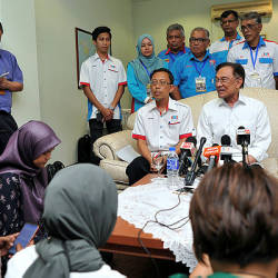 PKR president Datuk Seri Anwar Ibrahim speaks during a press conference after a brief meeting with representatives of NGOs today. — Bernama