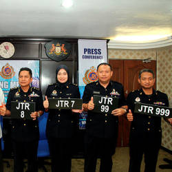 Johor JPJ director Razali Wagiman (3rd from L) with JPJ vehicle licensing division director Datuk Mohd Rusdi Mohd Darus (2nd from L) and other JPJ officials display examples of JTR licence plates at a press conference at the Johor JPJ headquarters. — Bernama