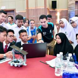 Students participating in a brainstorming session in the run-up to the competition.