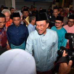 PKR president Datuk Seri Anwar Ibrahim (C) and Deputy Primary Industries Minister and Hang Tuah Jaya MP Datuk Seri Shamsul Iskandar Mohd Akin (2nd from R) attend the Aidilfitri open house hosted by the Hang Tuah Jaya parliamentary constituency at the MITC, Ayer Keroh. - Bernama
