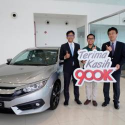 Mohamad Adib Fida'iy (middle), the first winner of Road to 900,000th Unit Milestone Campaign with Honda Malaysia president and chief operating officer Sarly Adle Sarkum (left) and Honda Malaysia managing director and CEO Toichi Ishiyama.