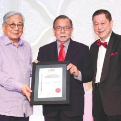 Abu Hassan (centre) receiving the inaugural Distinguished Academic Leadership Award 2019 from Chan (right) and Help University chancellor, Datuk Paul Leong.