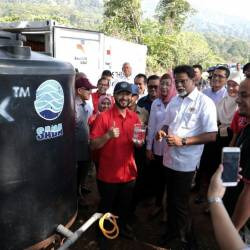 Kedah Mentri Besar Datuk Seri Mukhriz Tun Mahathir pictures with the Water, Land and Natural Resources Minister Dr.Xavier Jayakumar at the Tufan Water Treatment Plant, on March 23, 2019. — Bernama