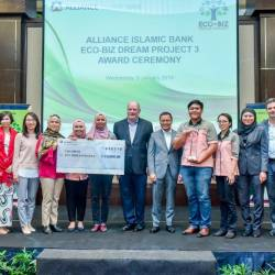 Group CEO of Alliance Bank Joel Kornreich (seventh from left) and Rizal, flanked by the judges, strategic partners and grand prize winners.