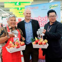 Special guest, Datuk Chef Wan, Brendon Obsorn, alongside with Hanry Chan Huan Yih showcasing baskets full of fresh and luscious Ambrosia Apples.
